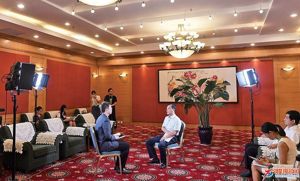 何雄在接受媒体记者集中采访时强调 把本届大会办出水平办出特色办出成效