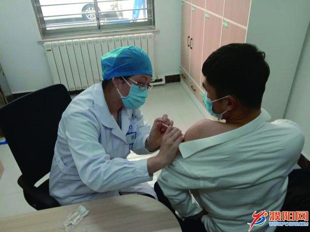 1月2日下午,濮阳市盛海源仓储公司的2名冷链食品行业工作人员接种了新冠疫苗。史式灿 摄