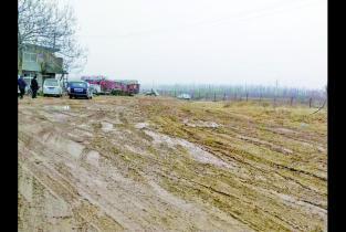 曝光台丨黄河东路铁路北侧一院落地面泥泞不堪