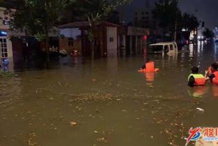 """市红十字水上救援队:暴雨中的""""逆行者"""""""