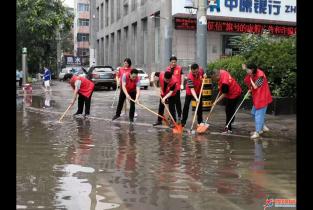 """""""红马甲"""" 在行动 志愿服务方便民众"""