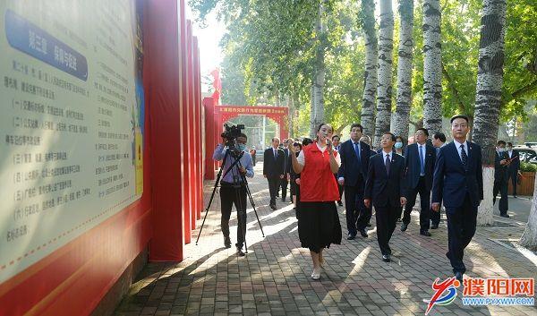 市领导参观《濮阳市文明行为促进条例》图片展