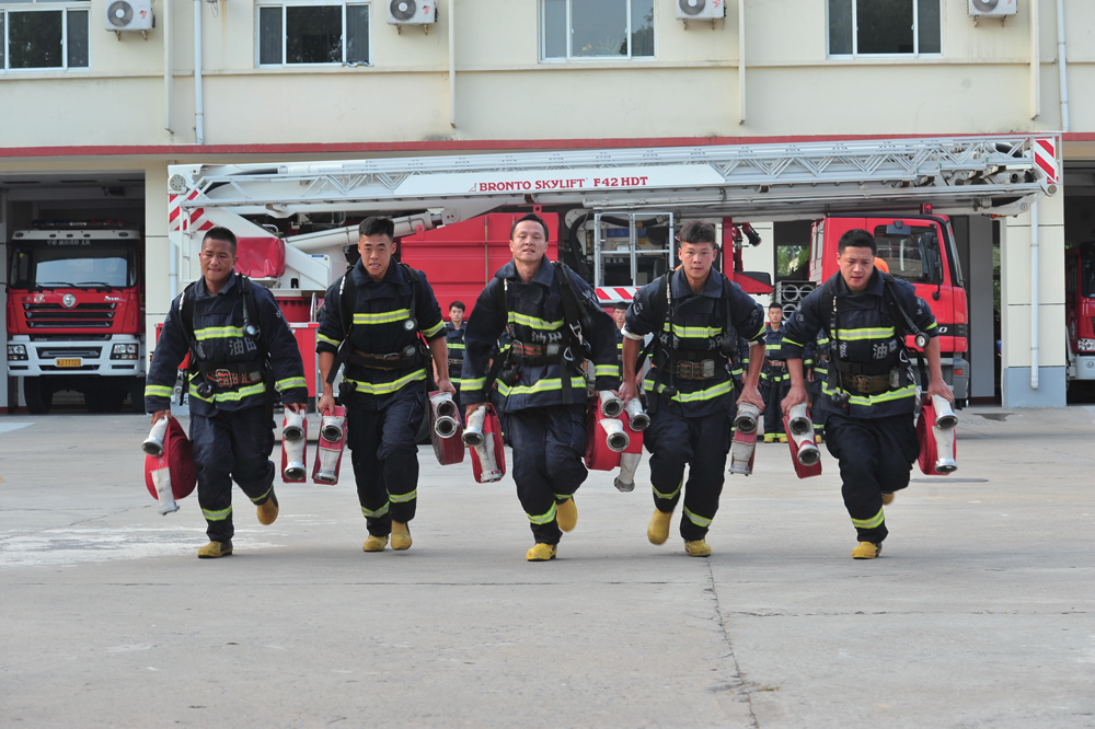 致敬高温下的劳动者——消防员篇