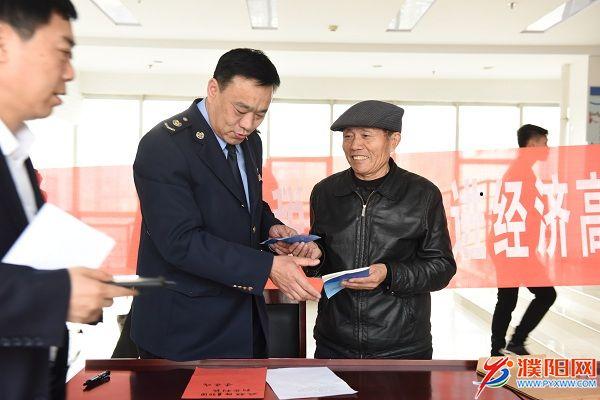 全国人大代表、村官李连成点赞濮阳税务减税降费举措.JPG