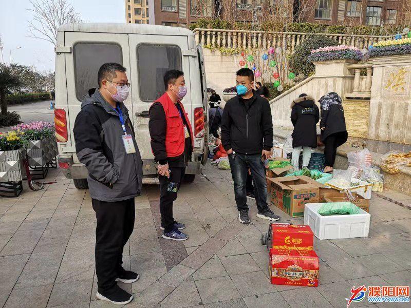 组织超市等商家为滨湖湾居民提供生活必需品.jpg