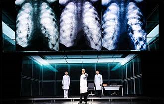 大型原创抗疫话剧《逆行》在京上演