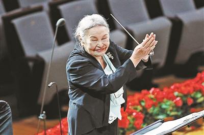 """91岁""""硬核奶奶""""郑小瑛再登台"""