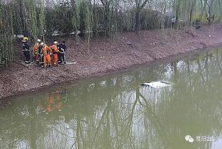 新手司机操作失误入河 濮阳消防紧急救援