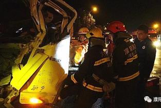 司机注意力不集中引发追尾致一人被困 濮阳消防快速救援