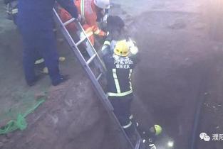 【救援】因雾大老人坠入6米深坑道濮阳消防成功救出